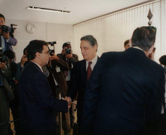 Fernando Henrique Cardoso, também conhecido como FHC, é um sociólogo, cientista político, professor universitário, escritor e político brasileiro. Foi o 34º presidente da República Federativa do Brasil entre 1995 e 2003.