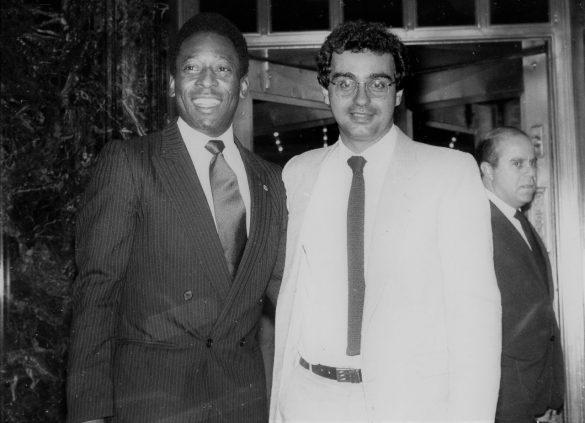 O maior jogador de futebol de todos os tempos completa 75 anos. Tirei esta foto com Pelé em 1990.
